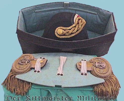"NAVY FREGATTENKAPITÄN'S ""FORE AND AFT"" CAP AND DRESS SHOULDER BOARDS WITH STORAGE BOX - Imperial German Military Antiques Sale"