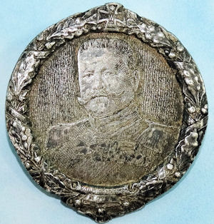 PATRIOTIC BADGE PORTRAYING GENERALFELDMARSCHALL PAUL von HINDENBURG - Imperial German Military Antiques Sale