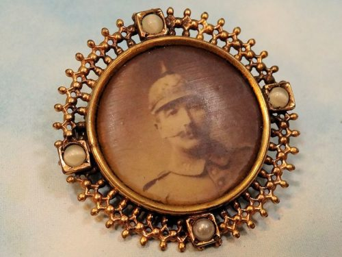 PHOTOGRAPH PIN - PATRIOTIC SOLDIER - Imperial German Military Antiques Sale